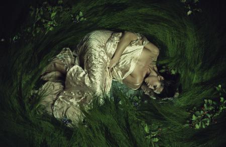Заставки девушка, трава, ягоды, отражение