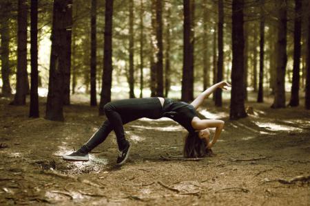 Картинки девушка, шатенка, левитация, деревья
