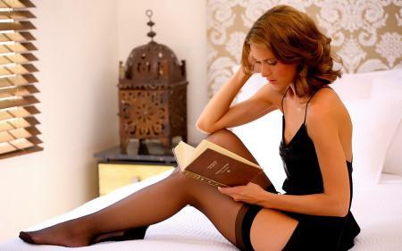 Картинки девушка, пеньюар, книга, чулки