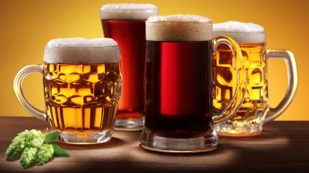 Фотографии кружки пива, темное и светлое, листок хмеля на столе, алкогольный напиток