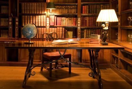 Обои интерьер старинный, стол в библиотеке, глобус на столе, книги на полках