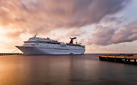 Фото туристический лайнер, огромных размеров, пристань, 1680x1050 px