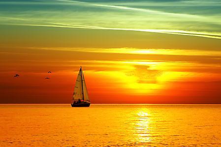 Картинки яхта на закате, парусник, чайки, вечер