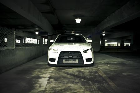 Картинки Mitsubishi Lancer Evolution X, белая машина, вид спереди, под землей