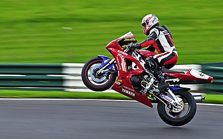 Обои мотоцикл Yamaha, красного цвета, встал на дыбы, скорость