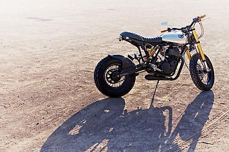 Фото мото Yamaha SR542, тень на земле, сиденье, руль