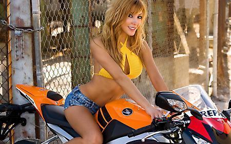 Заставки девушка на мотоцикле, Honda, модель Sandy, шорты