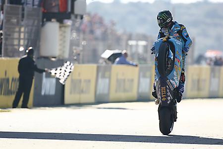 Картинки мотоцикл rizla suzuki, гонщик John hopkins, дыбы