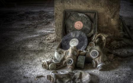 Фотографии пластинки, противогазы, музыка