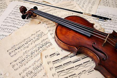 Фотографии старая скрипка, смычок, потрепанные ноты, бумага
