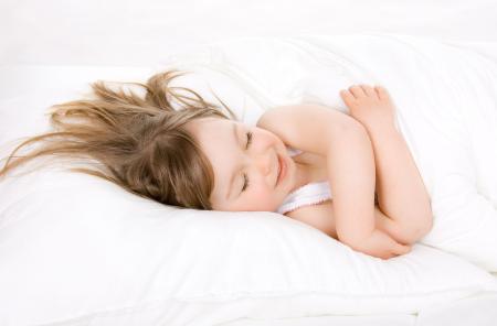 Картинки маленькая девочка, белая постель, одеяло, ребенок спит
