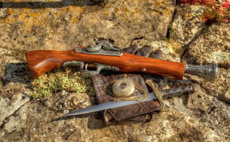 Обои камни, пистолет, кинжал, часы