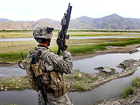 Фото солдат с оружием, спецформа, горы, природа
