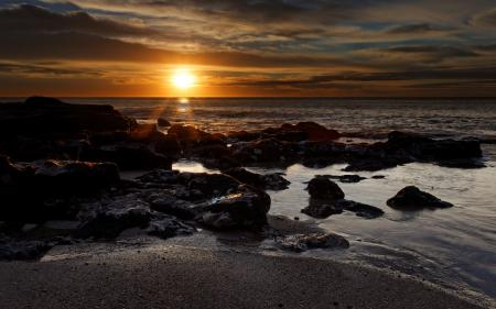 Фотографии чёрные камни, море, небо, пляж