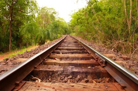 Обои железная дорога, рельсы, ограждение, вдаль