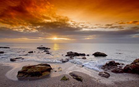Обои море, пляж, камни, солнце