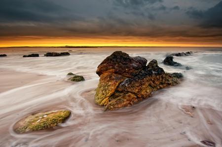 Фото море, пляж, камни, жёлтый