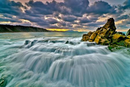 Картинки море, облака, скала, потоки