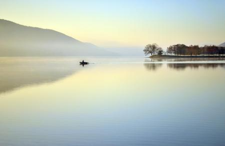 Обои озеро, лодка, туман
