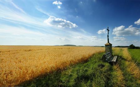Фото поле, крест, луг