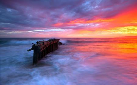 Обои закат, море, опора, природа