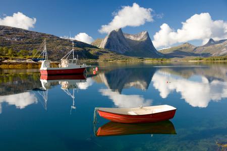 Картинки горы, облака, лодка, отражение