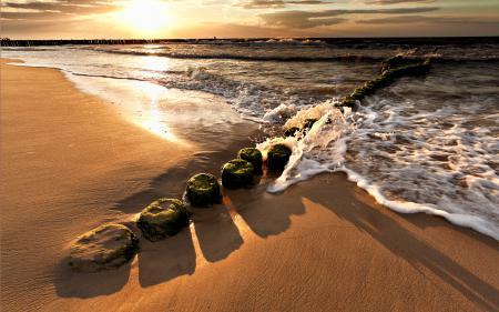 Картинки море, пляж, песок, столбы