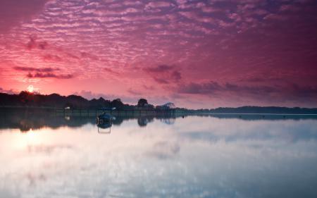 Фото розовое, небо, вода, ллодка