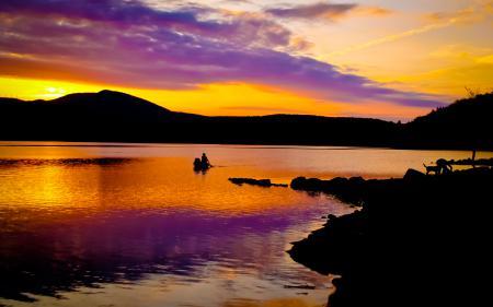 Обои озеро, берег, закат, люди