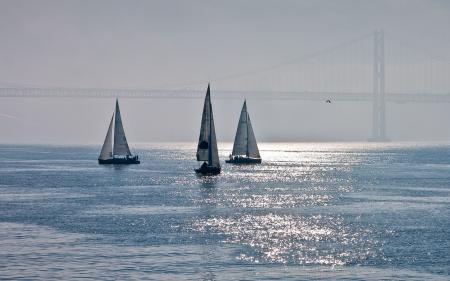 Заставки море, парусники, мост, дымка