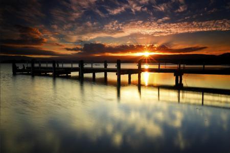 Обои озеро, пирс, солнце, облака