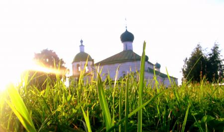 Фото Церковь, солнце, трава