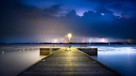 Фото молнии, причал, закат