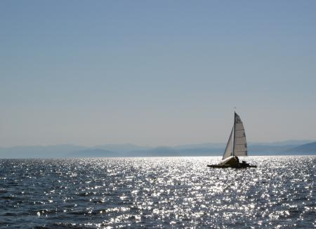 Обои Байкал, озеро, солнечные блики, катамаран