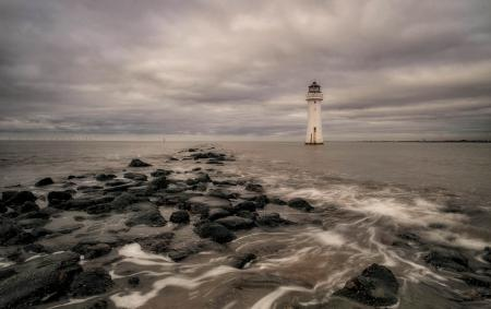 Фото море, маяк, тучи