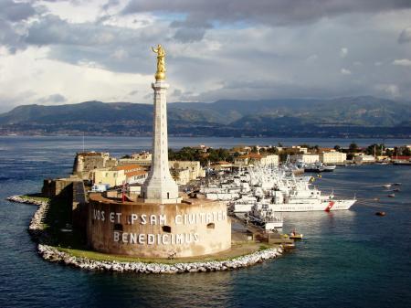 Обои скульптура, маяк, гавань, город