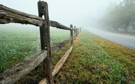 Фото дорога, забор, туман