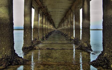 Обои пейзажи, колонны, мост, вода