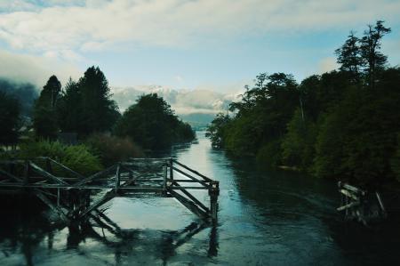 Фото горы, лес, река, остатки моста