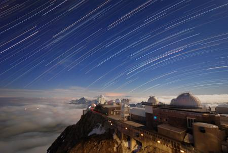 Обои небо, звезды, облака, горы