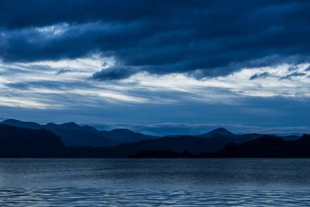 Обои горы, озеро, рябь, тучи