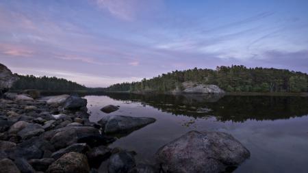 Заставки озеро, камни, лес, вечер
