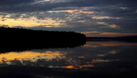Заставки озеро, зеркало, лес, вечер