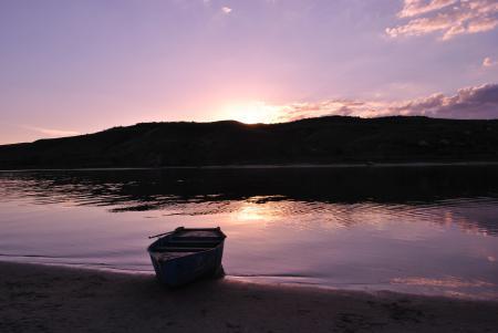 Заставки река, лодка, холмы, закат