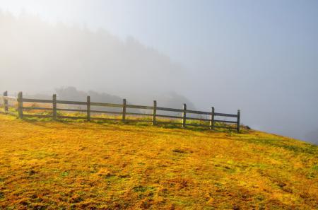 Обои забор, гора, туман, пейзаж