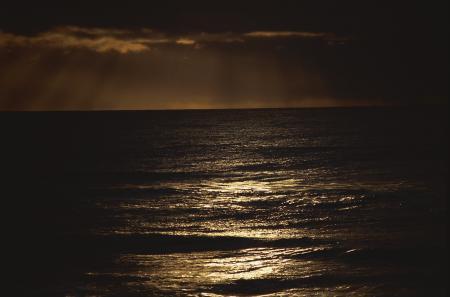 Фото вода, океан, тучи, тусклый свет