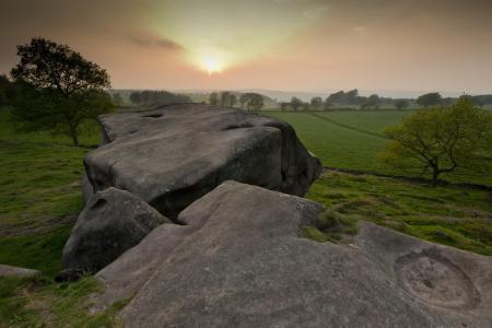 Фотографии закат, камни, поле
