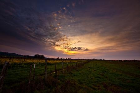 Обои небо, закат, трава, забор