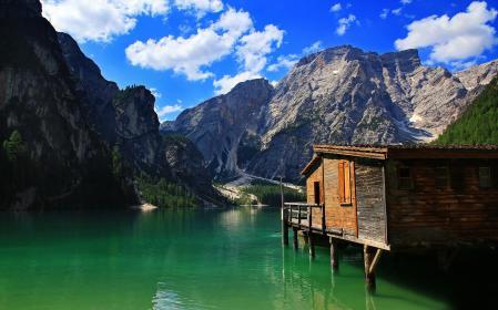Обои горы, озеро, домик, небо