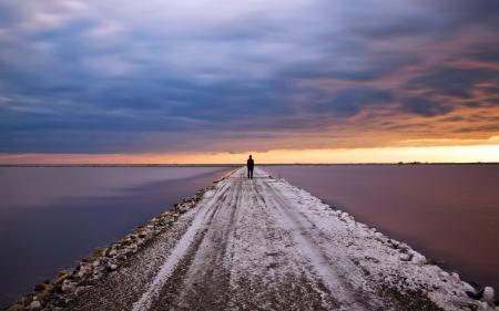 Обои дорога, небо, вода, человек